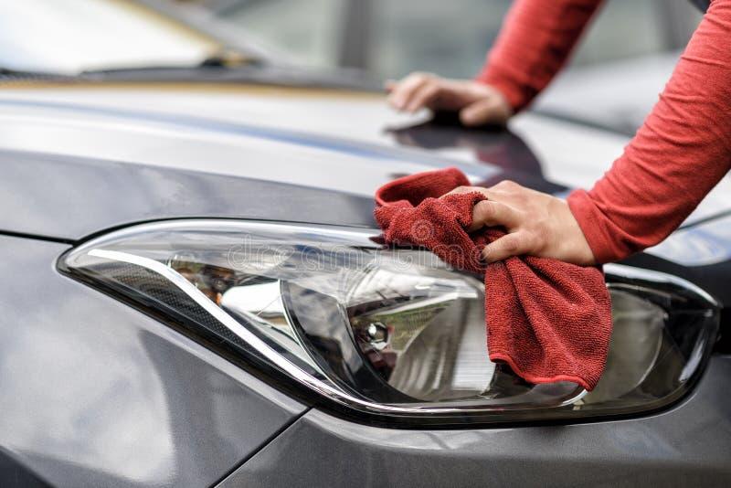 Polonais d'une voiture après la station de lavage images stock