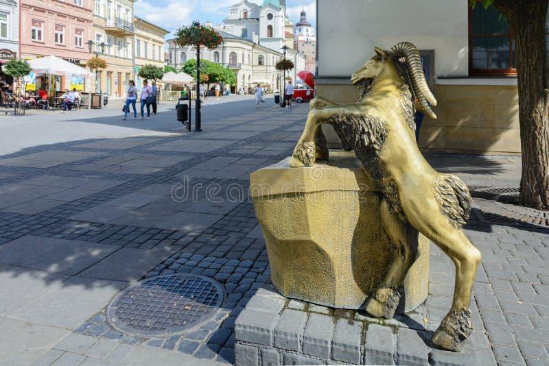 polonia Fuente de consumici?n bajo la forma de cabra de bronce El s?mbolo de la ciudad de Lublin La fuente est? situada en la cal imagen de archivo libre de regalías