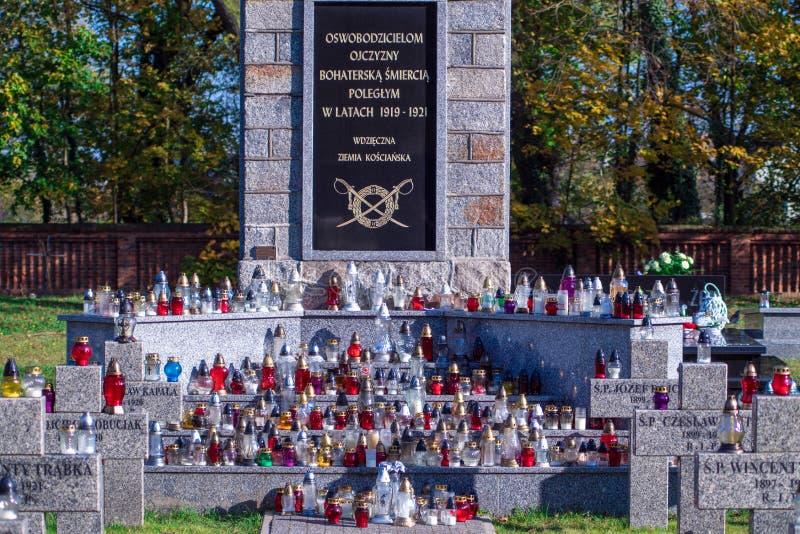 POLONIA, Koscian Noviembre, 5, 2017; muchas velas en el sepulcro de mármol en cementerio imágenes de archivo libres de regalías