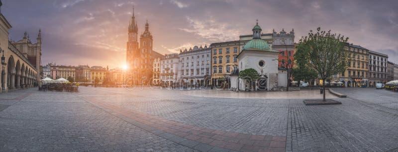 Polonia, Kraków - 6 de mayo: Plaza del mercado del panorama en la salida del sol el 6 de mayo de 2015 en Kraków, Polonia imágenes de archivo libres de regalías