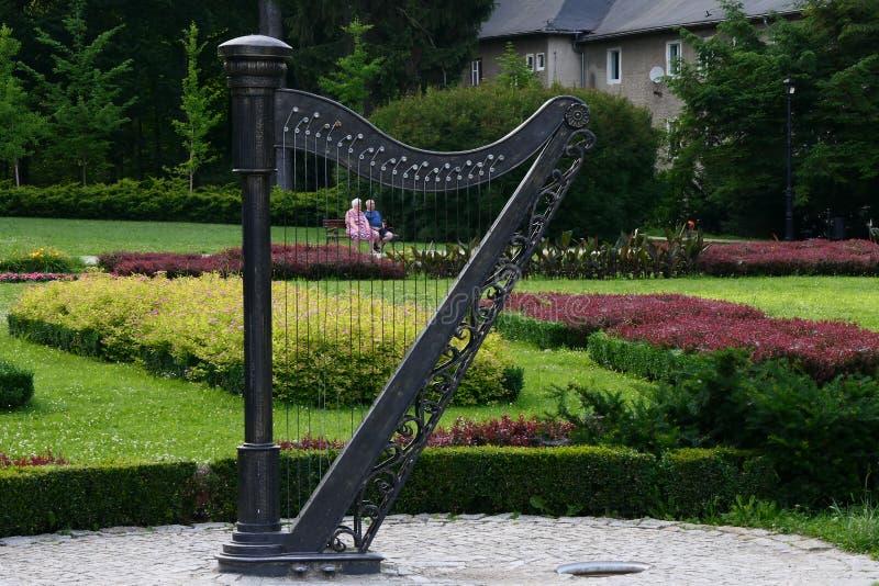 Polonia, Kudowa Zdroj - 19 de junio de 2018: Escultura inusual en el jardín musical imagen de archivo libre de regalías