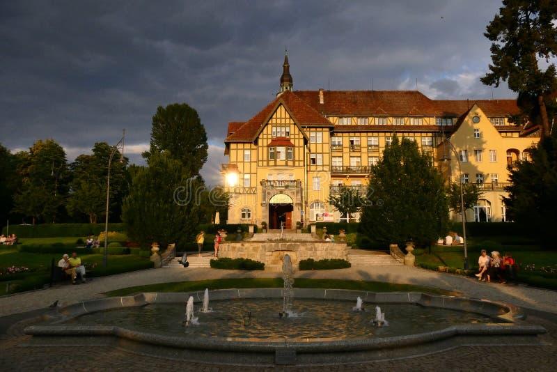 Polonia, Kudowa Zdroj - 18 de junio de 2018: Vista del centro turístico Polonia en la puesta del sol imagenes de archivo