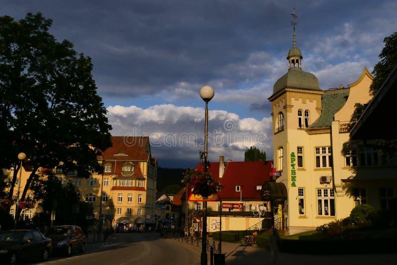 Polonia, Kudowa Zdroj - 18 de junio de 2018: Vista de la farmacia vieja y de la calle Zdrojowa en la puesta del sol imagen de archivo
