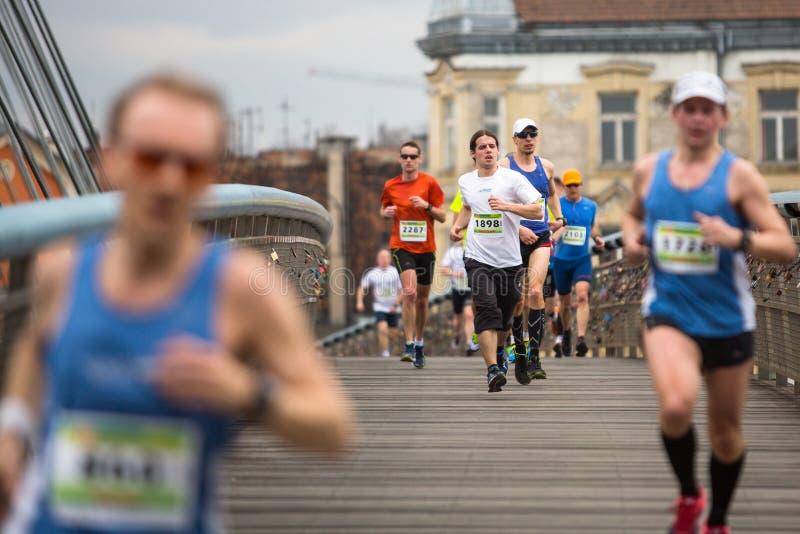 POLONIA - participantes durante el maratón anual del international de Kraków foto de archivo