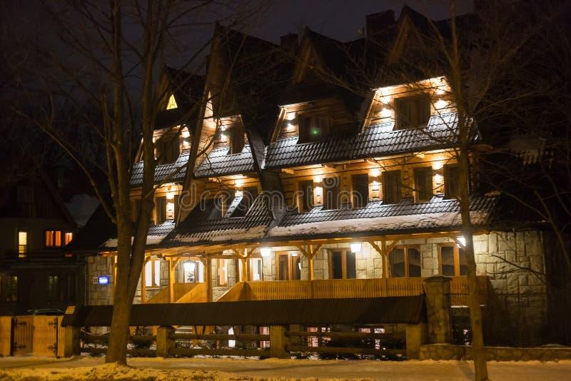 POLONIA, ZAKOPANE - 3 DE ENERO DE 2015: Casa de madera tradicional de la cabaña en Zakopane foto de archivo