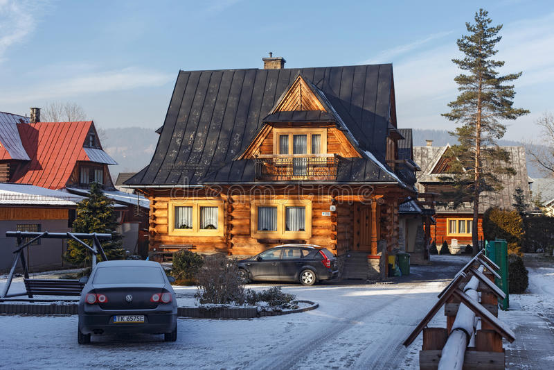 POLONIA, ZAKOPANE - 3 DE ENERO DE 2016: Casa de madera tradicional de la cabaña en Zakopane imagen de archivo libre de regalías