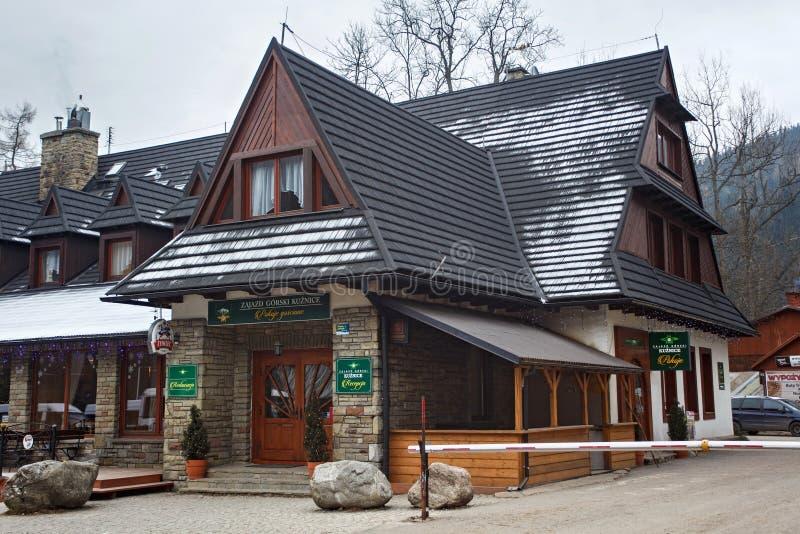 POLONIA, ZAKOPANE - 4 DE ENERO DE 2015: Casa de piedra con los elementos de madera en Zakopane imágenes de archivo libres de regalías
