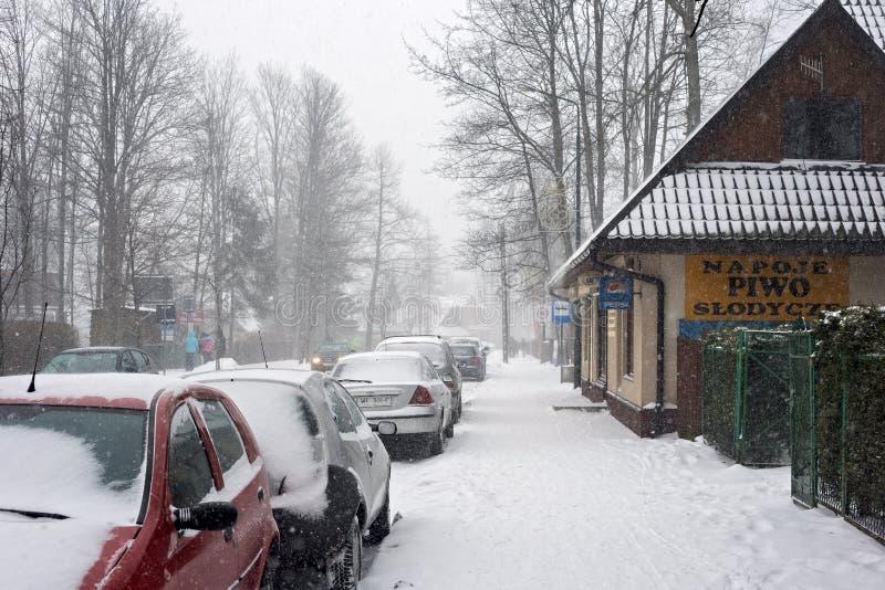 POLONIA, ZAKOPANE - 4 DE ENERO DE 2015: Opinión del invierno de una calle en Zakopane fotos de archivo