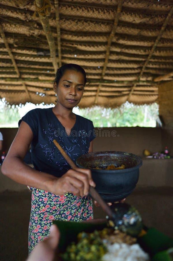 Polonnaruwa,斯里兰卡, 2015年11月8日:供食传统食物的Sri Lankian妇女 免版税库存图片