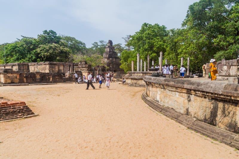 POLONNARUWA, SRI LANKA - 22 DE JULIO DE 2016: Grupo del templo del cuadrilátero de la visita de los turistas en la ciudad ancent  imagenes de archivo