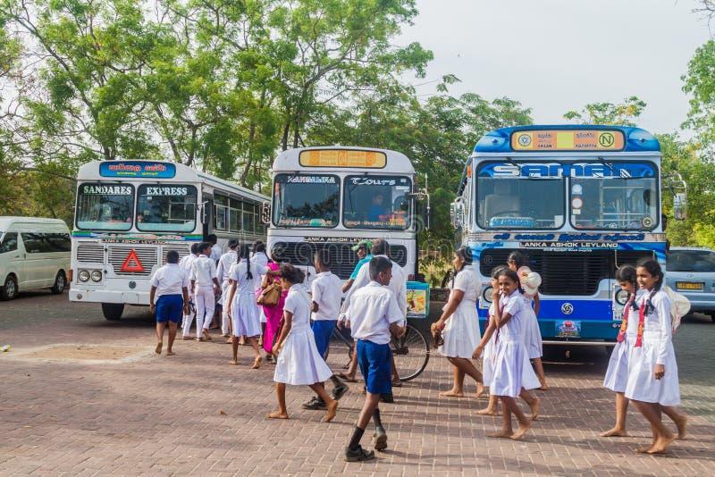 POLONNARUWA, SRI LANKA - JULI 22, 2016: De kinderen in schooluniformen bezoeken oude stad Polonnaruwa, Sri-Lan royalty-vrije stock foto