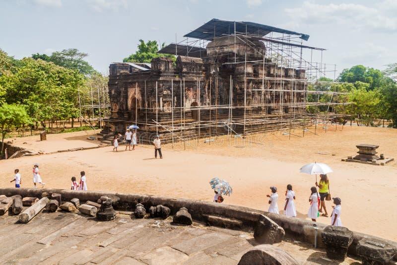 POLONNARUWA, SRI LANKA - 22. JULI 2016: Touristenbesuch Viereck mit Thuparama Gedige in der ancent Stadt Polonnaruwa lizenzfreie stockfotografie