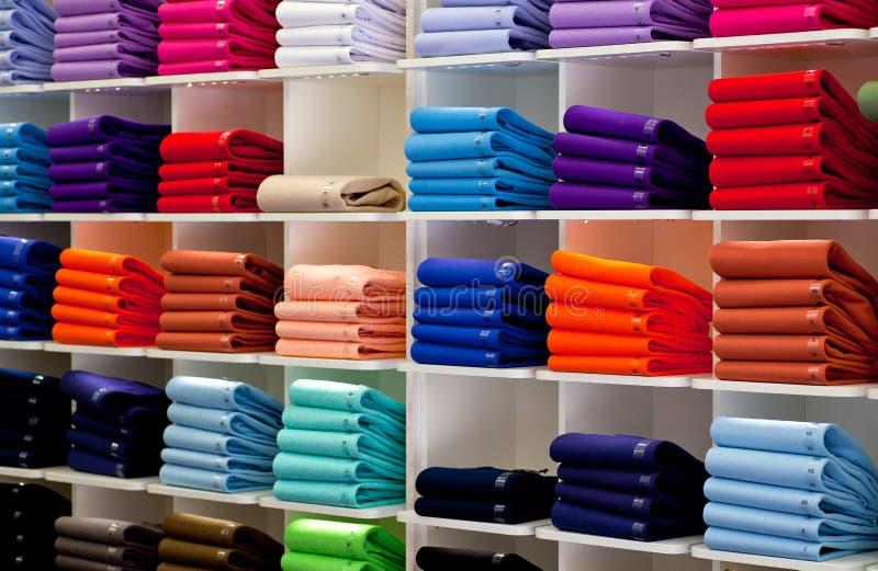 Polooverhemden, klerenwinkel stock foto