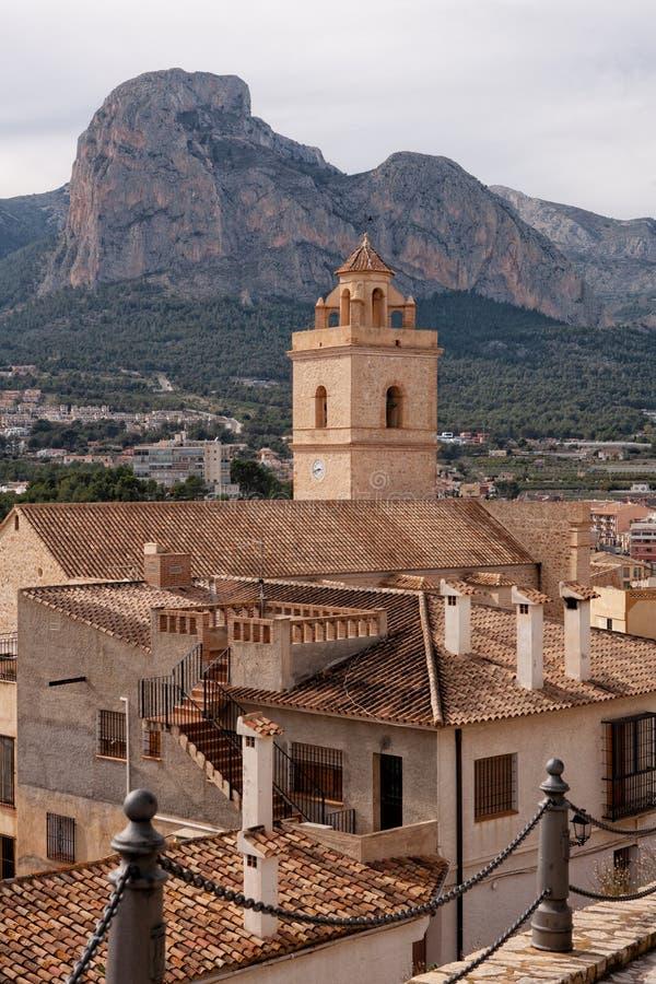 Polop-Schlosspanorama Ein von Spanien besuchte höchst das Schloss, das in Alicante-Provinz gelegen ist lizenzfreie stockfotos