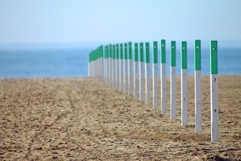 Polos da cerca na praia de Forte dei Marmi imagens de stock royalty free