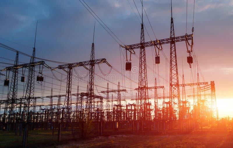 Polos da eletricidade do poder superior na área urbana Abastecimento de energia, distribuição da energia, energia transmissora, t fotografia de stock royalty free