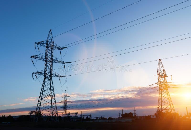 Polos da eletricidade do poder superior na ?rea urbana Abastecimento de energia, distribui??o da energia, energia transmissora, t imagem de stock