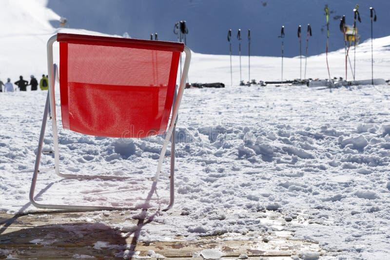 Polos de esqui na neve Equipamento do esqui contra a montanha nevado na SK imagem de stock