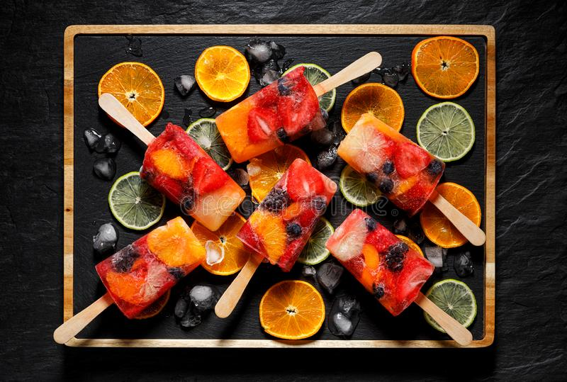 Polos de la fruta, polo de hielo hecho en casa de la fruta de diversas frutas, visión superior foto de archivo libre de regalías