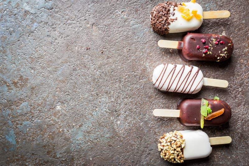 Polos de la vainilla con el chocolate foto de archivo libre de regalías