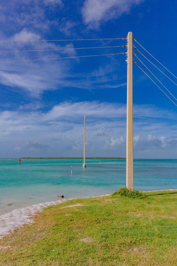 Polos de teléfono sobre el agua cerca de Key West, la Florida, los E.E.U.U. foto de archivo libre de regalías