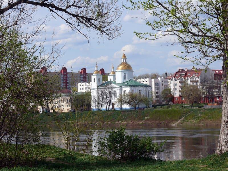 Polotsk wiosny krajobraz przez rzekę zdjęcie stock