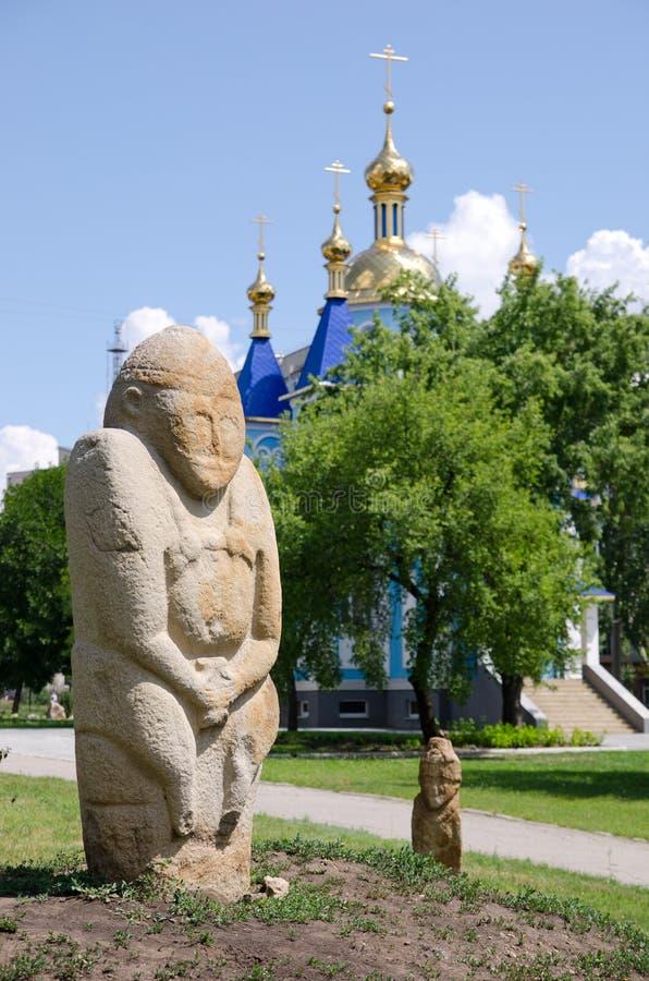 Polovtsian stenskulptur i bakgrunden av den ortodoxa Chuen royaltyfria foton