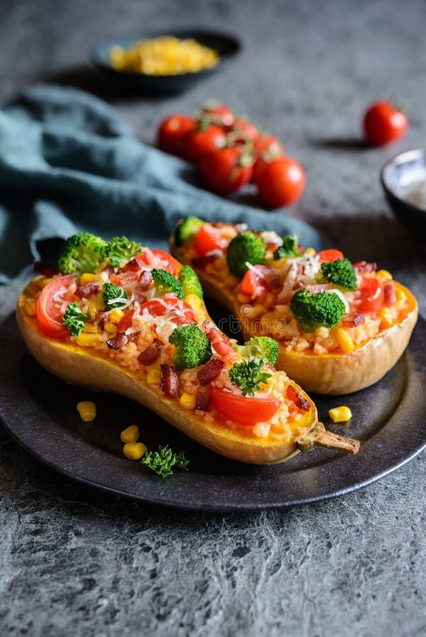 Polpa de Butternut enchida com arroz, bacon, brócolis, tomate, milho e queijo fotografia de stock
