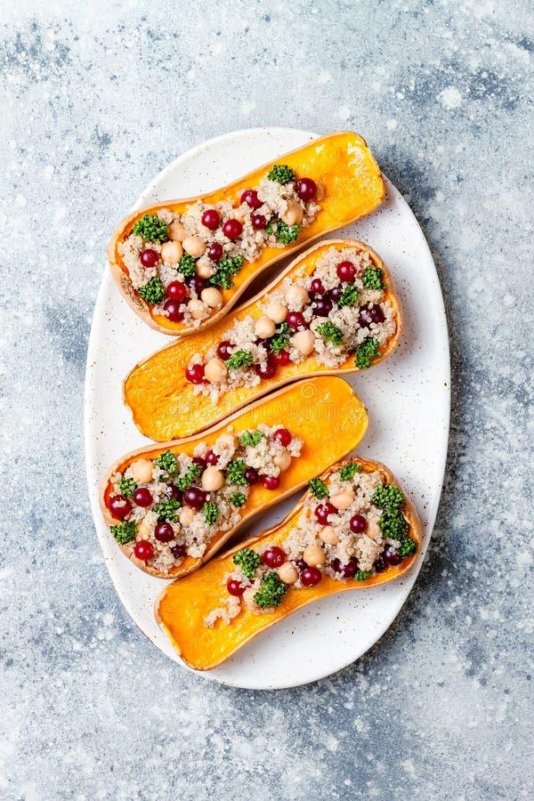 A polpa de butternut enchida com grãos-de-bico, arandos, quinoa cozinhou na noz-moscada, cravos-da-índia, canela Receita do janta imagem de stock royalty free