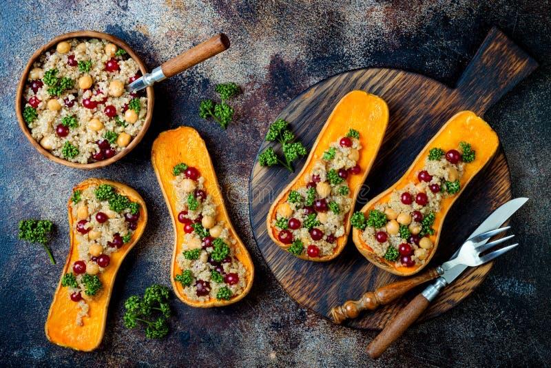 A polpa de butternut enchida com grãos-de-bico, arandos, quinoa cozinhou na noz-moscada, cravos-da-índia, canela Receita do janta fotografia de stock