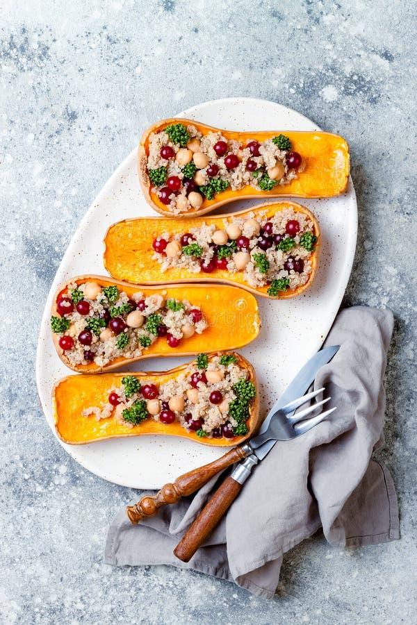 A polpa de butternut enchida com grãos-de-bico, arandos, quinoa cozinhou na noz-moscada, cravos-da-índia, canela Receita do janta fotos de stock