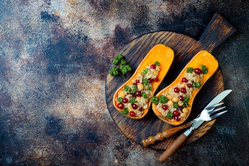 A polpa de butternut enchida com grãos-de-bico, arandos, quinoa cozinhou na noz-moscada, cravos-da-índia, canela Receita do janta fotos de stock royalty free
