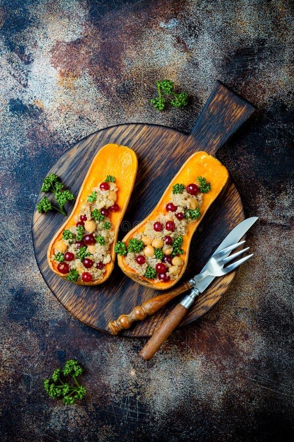 A polpa de butternut enchida com grãos-de-bico, arandos, quinoa cozinhou na noz-moscada, cravos-da-índia, canela Receita do janta foto de stock royalty free