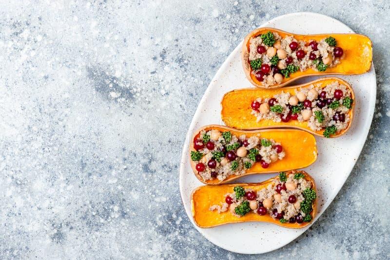 A polpa de butternut enchida com grãos-de-bico, arandos, quinoa cozinhou na noz-moscada, cravos-da-índia, canela Receita do janta imagens de stock royalty free