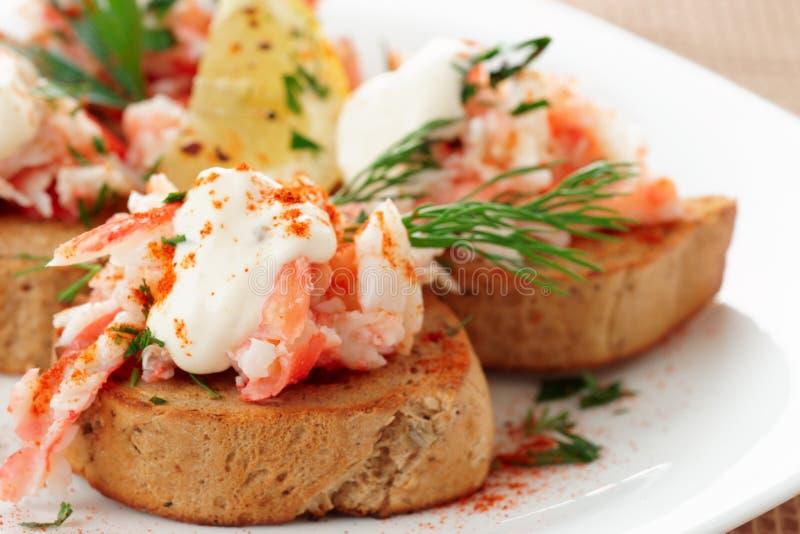 Polpa di granchio con pane tostato, salsa e le erbe fresche fotografie stock libere da diritti