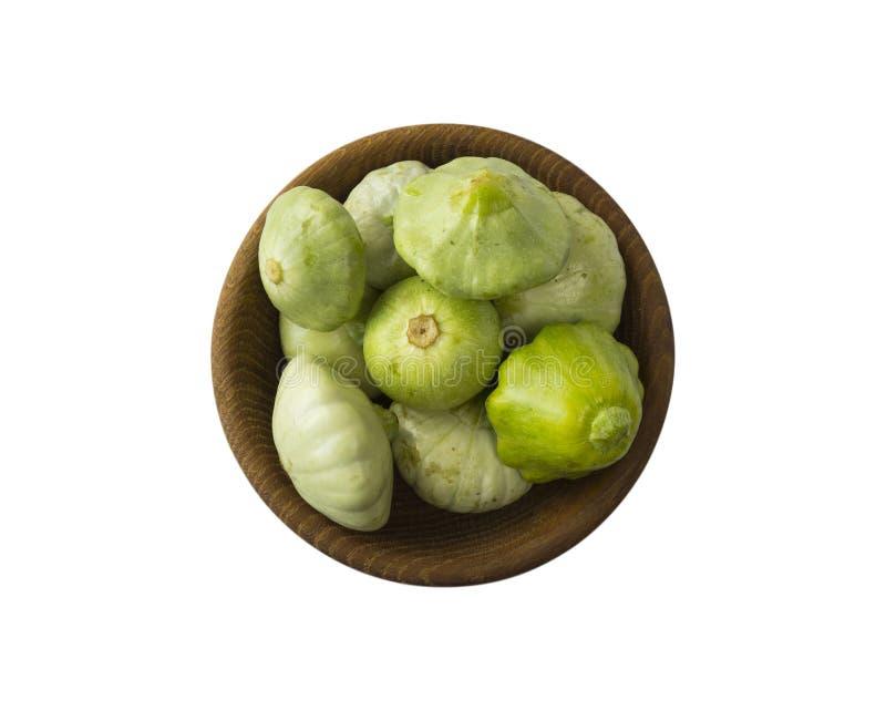 Polpa verde fresca isolada em um fundo branco Abóbora vegetal na bacia de madeira isolada em um branco Vegetais com espa?o da c?p fotografia de stock
