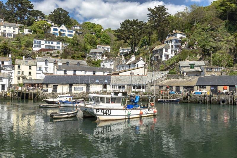 Polperro les Cornouailles Angleterre le 15 mai 2016 : Une belle vue d'un des villages de pêche les plus pittoresques des Cornouai image stock