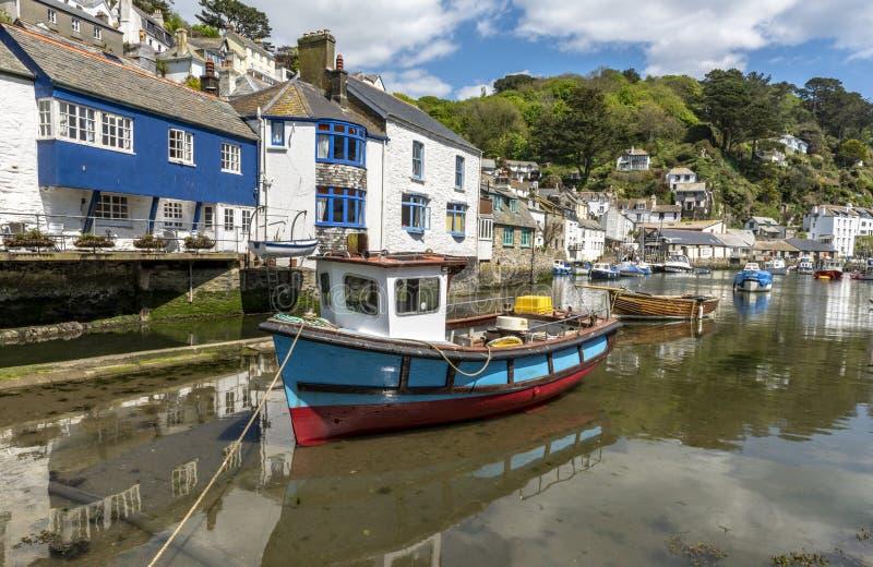 Polperro les Cornouailles Angleterre le 15 mai 2016 : Une belle vue d'un des villages de pêche les plus pittoresques des Cornouai photos libres de droits