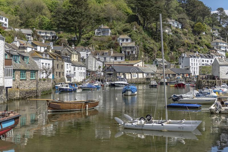 Polperro les Cornouailles Angleterre le 15 mai 2016 : Une belle vue d'un des villages de pêche les plus pittoresques des Cornouai photos stock