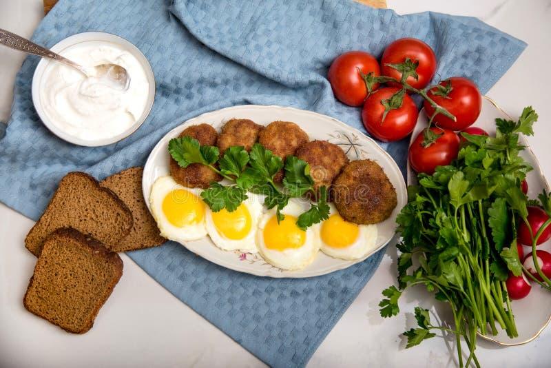 Polpetta ed uovo sul piatto bianco con il caviale nero immagini stock libere da diritti