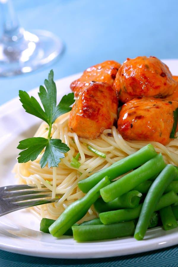 Polpetta sopra spaghetti fotografia stock