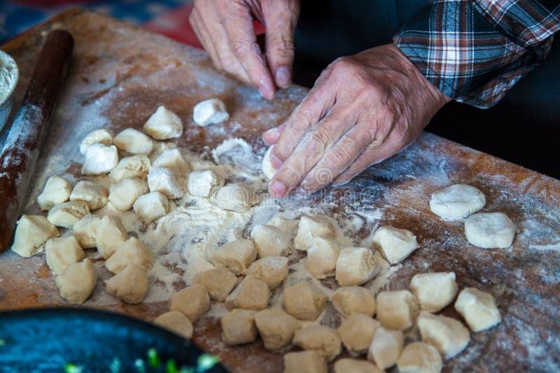 Polpette del cinese tradizionale Cottura degli gnocchi casalinghi con carne e verdi immagini stock
