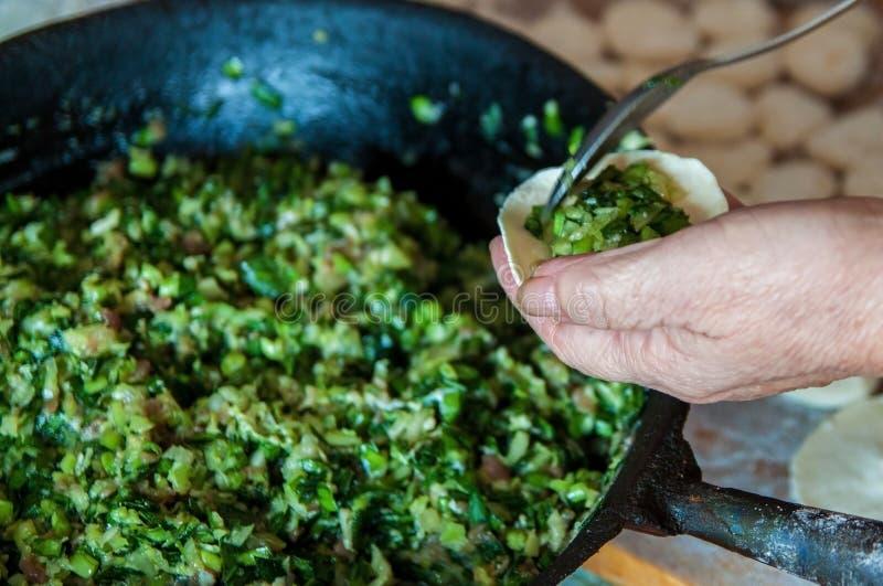 Polpette del cinese tradizionale Cottura degli gnocchi casalinghi con carne e verdi fotografia stock