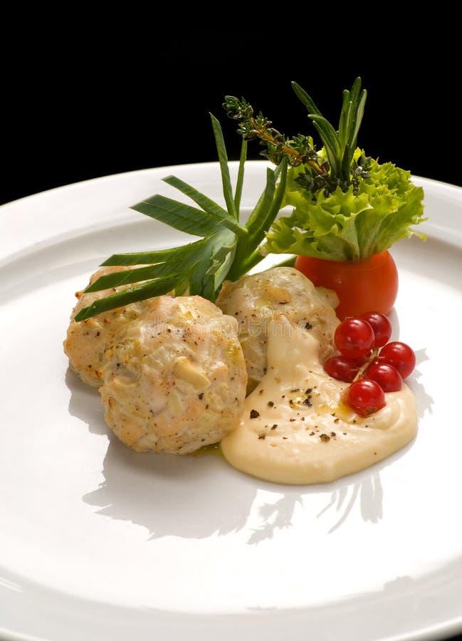 Polpette del vapore di dieta con il primo piano del ribes e della salsa su un piatto fotografia stock