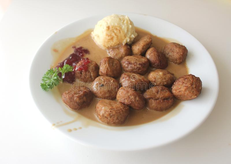 Polpette di Sweddish con la patata ed il prezzemolo di poltiglia da Ikea fotografia stock