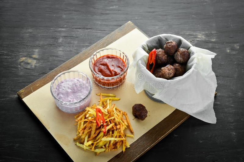 Polpette fritte con le patate fritte ed il ketchup Su una priorit? bassa di legno fotografie stock