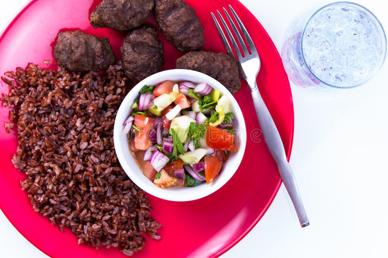 Polpette turche Kofte con pilaf rosso fotografie stock