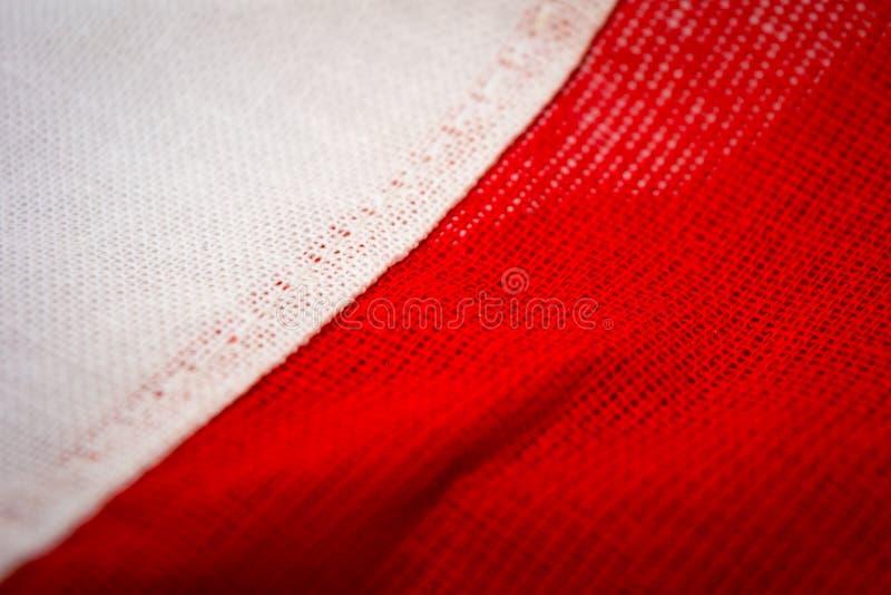 Polsk flagga av röda och vitfärger för naturligt tyg, royaltyfri fotografi