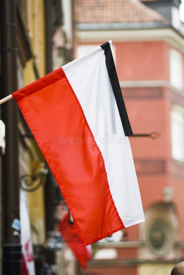 Polsk flagga med ett band som markerar landssorg royaltyfria foton