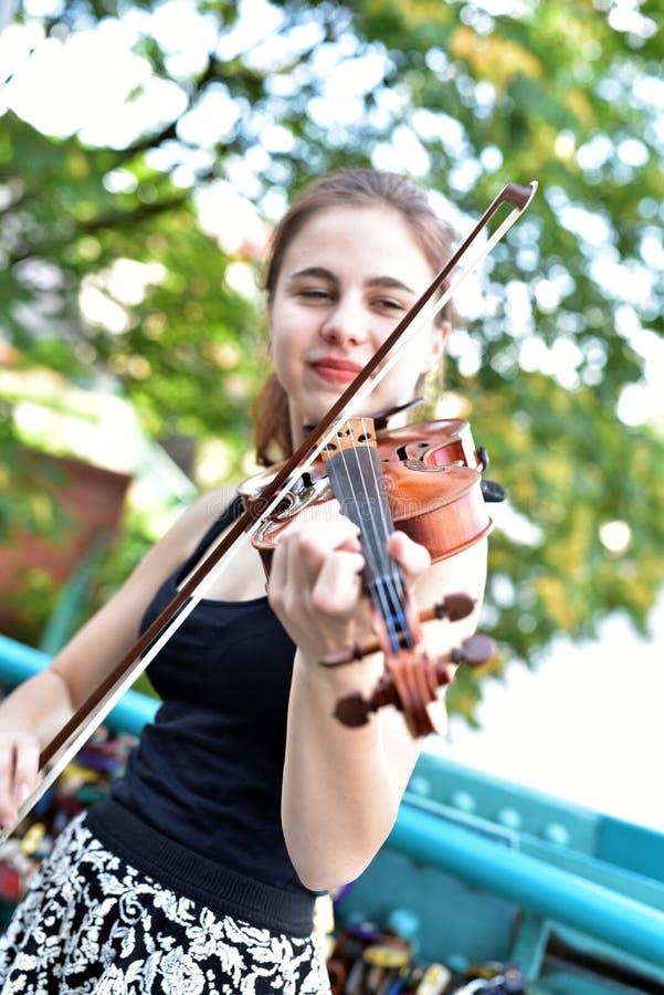 Polsk flicka som spelar fiolen royaltyfria bilder